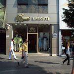 Tienda de Lacoste 150x150 - Lacoste reemplaza su icónico logotipo