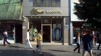 Tienda de Lacoste 326x183 - Lacoste reemplaza su icónico logotipo