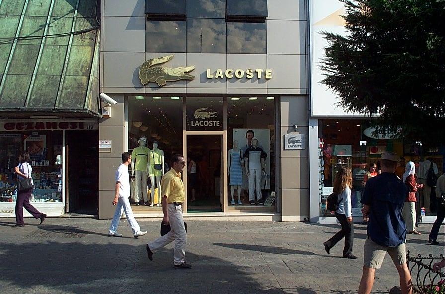 Tienda de Lacoste - Lacoste reemplaza su icónico logotipo